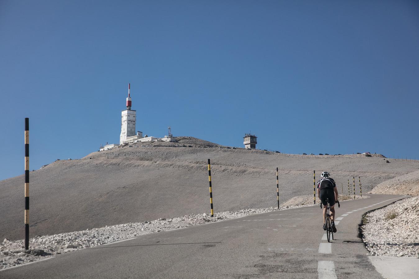 De Mont Ventoux. Het laatste deel van de beklimming voert over een kaal, steil en winderig landschap.