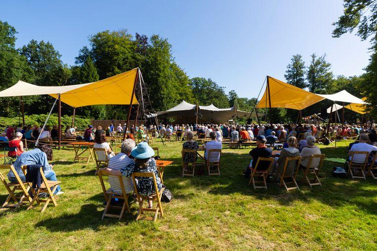 De opstelling van Wonderfeel: festivals mogen voorlopig alleen met vaste placering doorgaan. Bezoekers van klassieke concerten zijn vaak niet anders gewend dan te zitten bij een optreden. Beeld Juri Hiensch