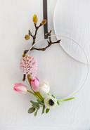 Met een elegante krans van delicate bloemen pak je een romantische partner zeker in.