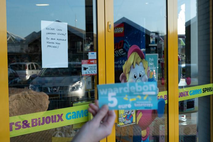 Intertoys Wezep sloot in verband met agressieve klanten zaterdag al de deuren. Menig bezoeker en waardebonhouder stond dus voor een dichte deur.