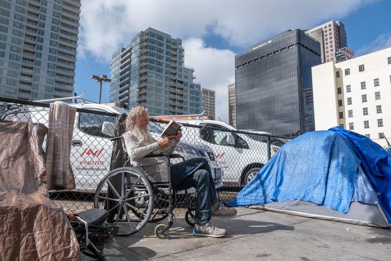 Naast een parkeerplaats tussen de hoge flats in het centrum van San Diego woont de 72-jarige Coco in een tentje op straat. Hij is al ruim 30 jaar dakloos.  Beeld Eline van Nes