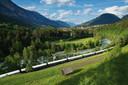 De trein gaat onder meer via de Oostenrijkse en Zwitserse Alpen.