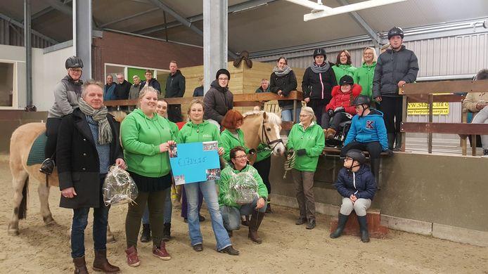 In het najaar van 2017 overhandigden Sanne Mol en Sharon Jonas een cheque van 1700 euro aan het bestuur van STAPS in de manege. Het geld werd opgehaald met het verkopen van tweedehands paardenspullen en het bakken van 'knieperties'.