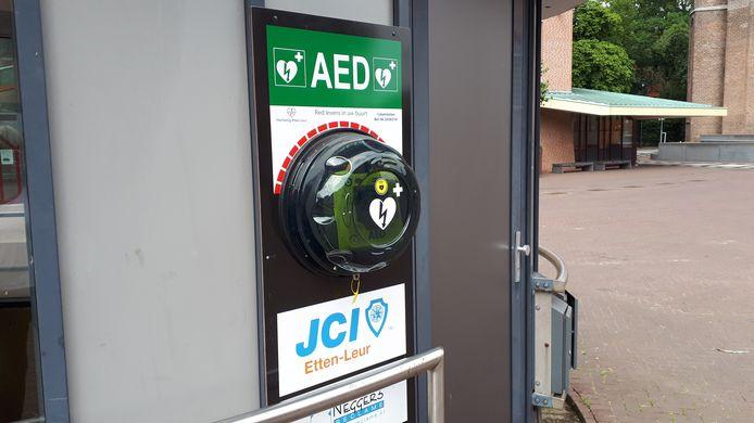 De AED (Automatische Externe Defibrillator) bij de parkeergarage in het centrum van Etten-Leur. De AED is een draagbaar apparaat dat het hartritme kan herstellen bij een hartstilstand.
