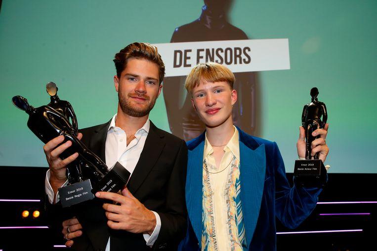 Regisseur Lukas Dhont (links) en hoofdrolspeler Victor Polster tijdens de uitreiking van de Ensors op het Filmfestival Oostende.