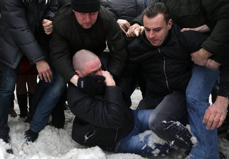 epa03570345 Leader of the Russian Left Front movement Sergei Udaltsov (bottom C) scuffles with alleged members of the banned National Bolshevik Party during the civil funeral of anti-Putin activist Alexander Dolmatov in Moscow, Russia, 06 February 2013. According to reports, Dolmatov, a member of The Other Russia, was found dead 17 January 2013 after he reportedly commited suicide in a Dutch detention center while seeking political asylum after fleeing Russia.  EPA/MAXIM SHIPENKOV Beeld EPA
