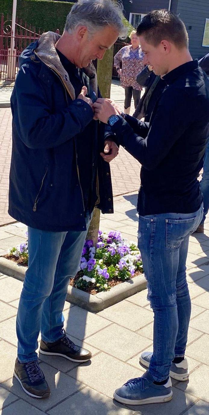 26 april 2021: Zoon Jur speldt zijn vader Jan Eestermans in Moerdijk het koninklijke lintje op.