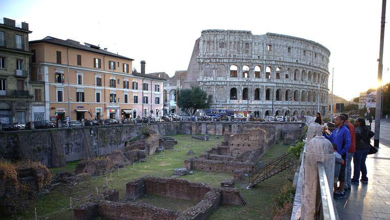 De ruïnes van de gladiatorenschool Ludus Magnus en erachter het Colosseum: allebei in precaire staat. Beeld ap