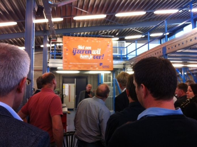 Vertegenwoordigers van de Osse metaalbedrijven krijgen een rondleiding in de werkplaats van ROC De Leijgraaf in Veghel.