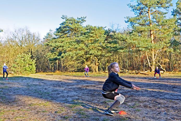 Bootcamp leren rekenen in Oosterhout, waar kinderen al sportend bijvoorbeeld de tafels beter leren. Van punt naar punt rennen, en dan een squat en een volgende tafel roepen zoals bij deze oefening bijvoorbeeld.