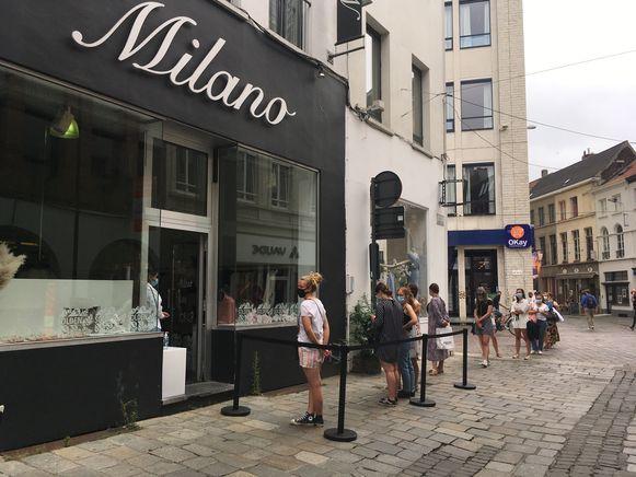 Er zijn altijd uitzonderingen: bij Milano in de Bennesteeg staat een wachtrij