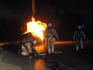Auto vliegt in brand na crash tegen elektriciteitspaal en -kastje: buurt urenlang zonder stroom
