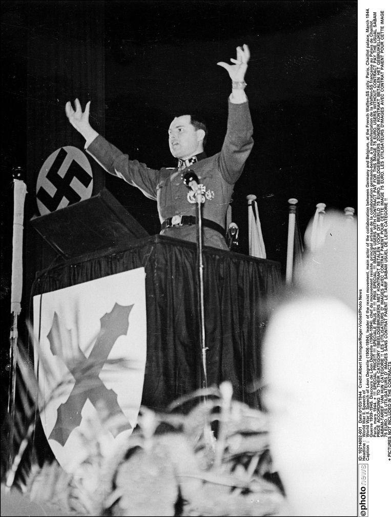 Léon Degrelle speecht tijdens een bijeenkomst van de Franse Waffen-SS, op 1 maart 1944. Beeld Photo News