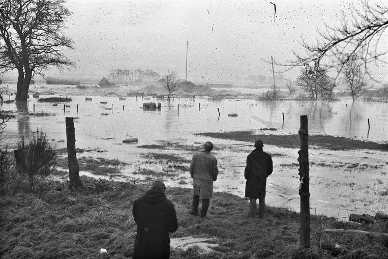 In 1965 werd een kostbare boorinstallatie in de buurt van Coevorden volkomen vernield door een ondergrondse aardgas-eruptie. Het geëvacueerde personeel kon alleen maar toekijken hoe fonteinen van gas en modder de bodem open scheurden. Beeld ANP