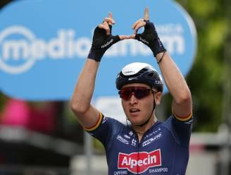 Daar is de eerste Belgische ritzege! Tim Merlier snelt in Novara met onweerstaanbare sprint naar winst