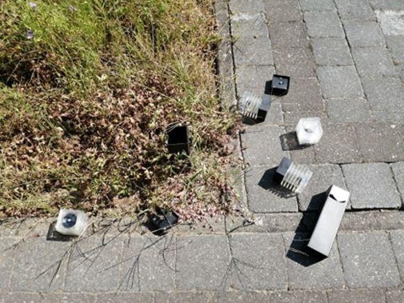De vandaal vernielde enkele lampjes in een voortuin in de Schoolstraat in Zemst.