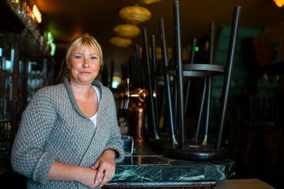 Evi De Greef (33) in haar momenteel leeg café Batavier op het Eilandje in Antwerpen.