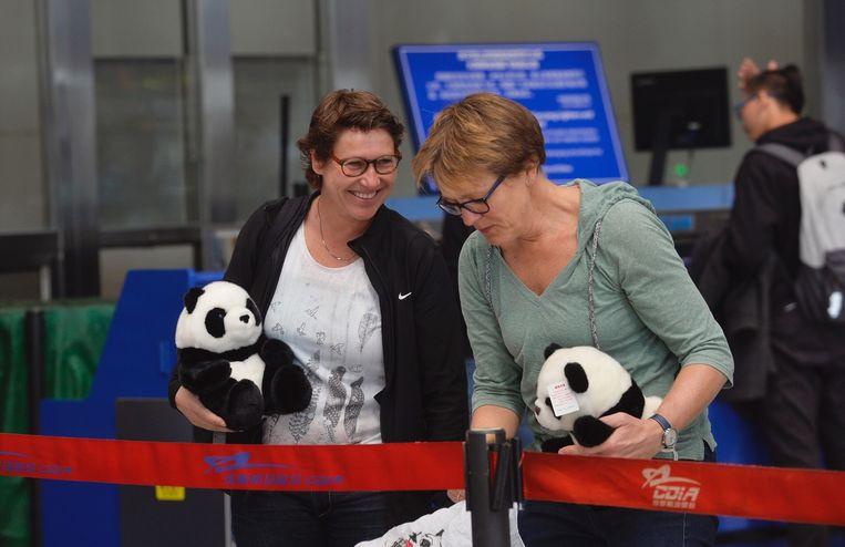 Twee Nederlanders in China zwaaiden vandaag het vliegtuig met daarin de reuzenpanda's Wu Wen en Xing Ya uit. Beeld ANP
