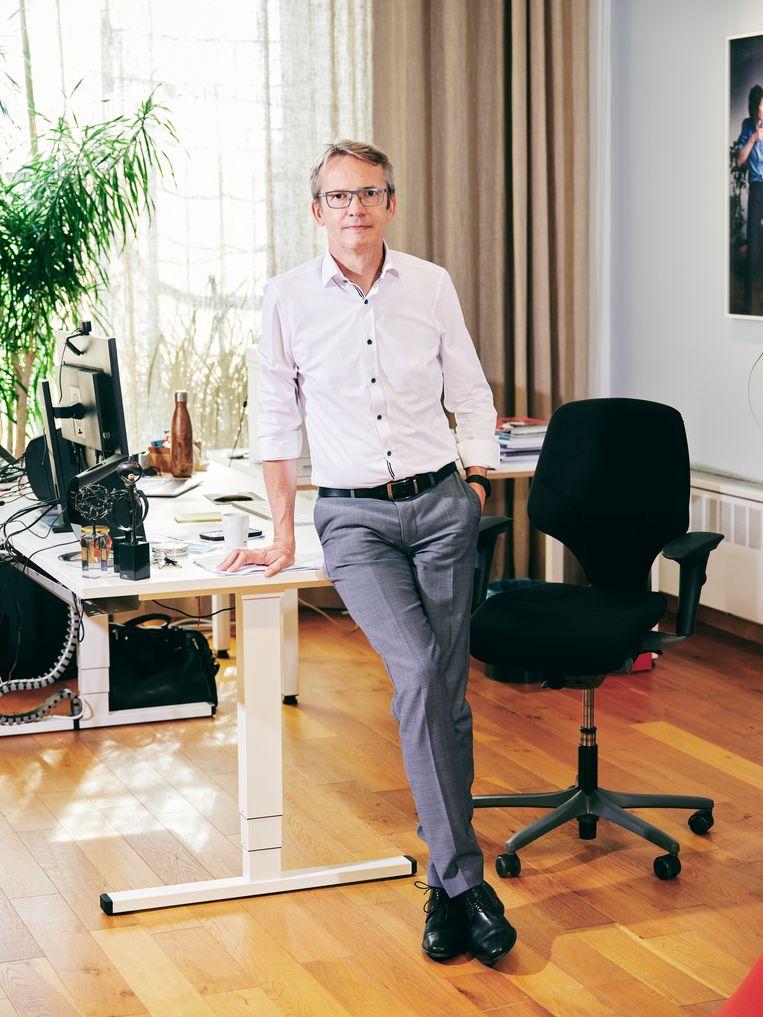 Luc Sels (KU Leuven): 'Sinds we onze vergaderingen online houden, lopen die veel minder uit. Een uur  op de planning is dan ook echt een uur.' Beeld JORIS CASAER