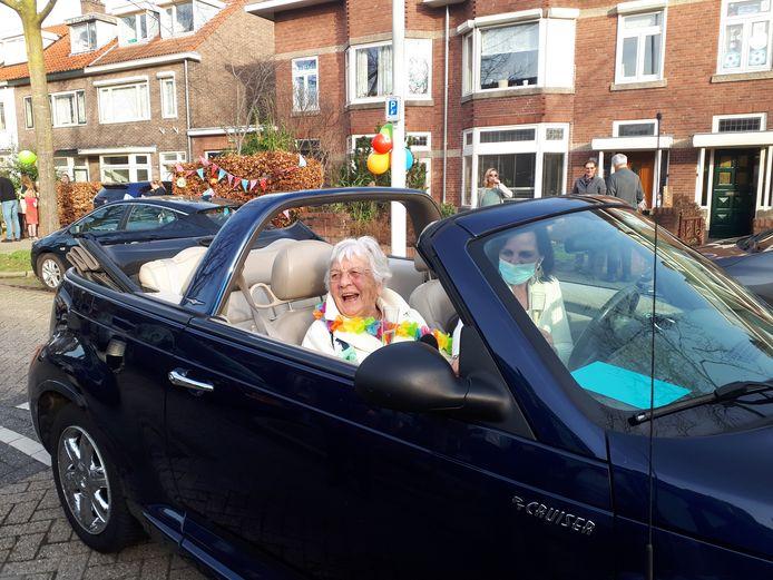De 90-ste verjaardag van Tiny Brinkhoff werd een buurtfeest in de Krayenhofflaan in Nijmegen.