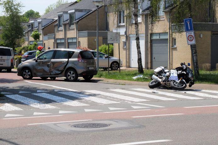 De politieman belandde met de motor in de flank van de wagen.