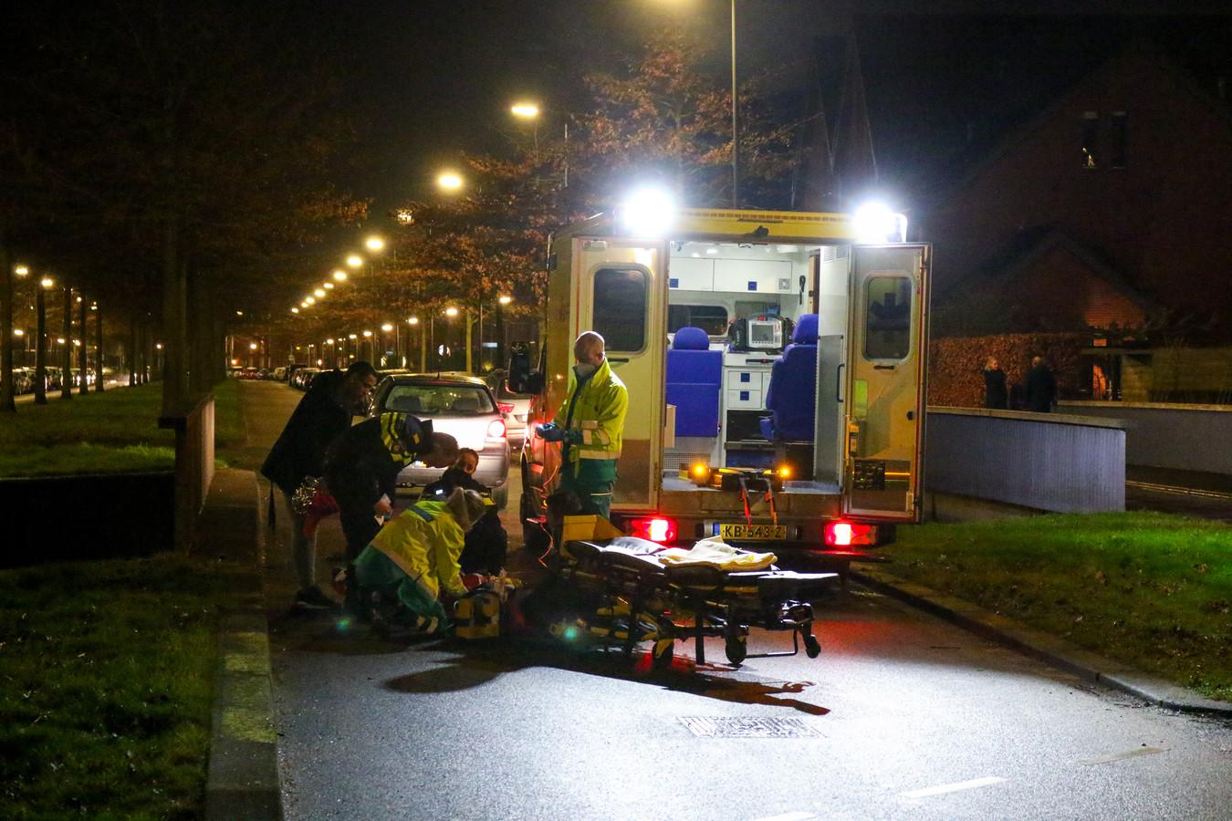 De hulpdiensten ontfermen zich over het slachtoffer.