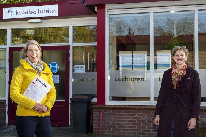 Janja Molemaker (rechts) en Inge Waarlo, met net gedrukte nieuwsbrief voor Lochuizen.