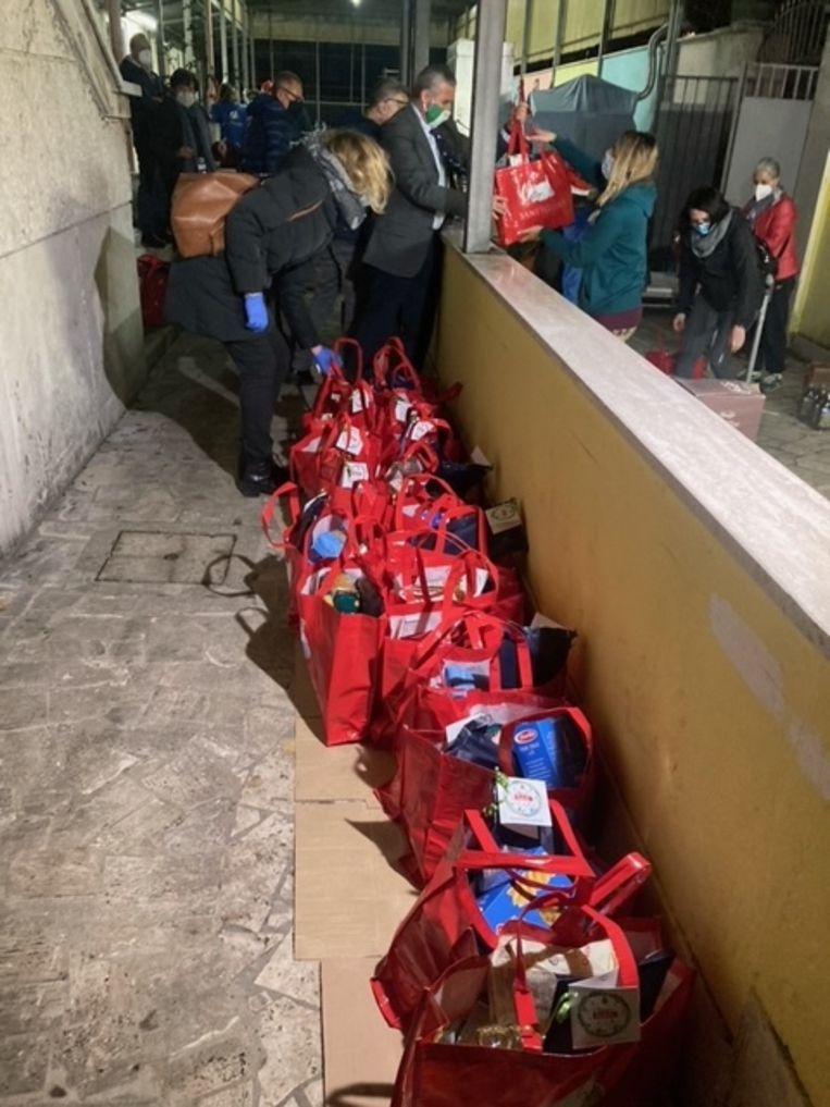 Felrode tassen staan klaar om te worden uitgedeeld. Beeld Rosa van Gool