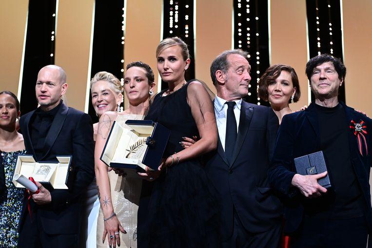 Julia Ducournau te midden van andere prijswinnaars. Beeld Getty