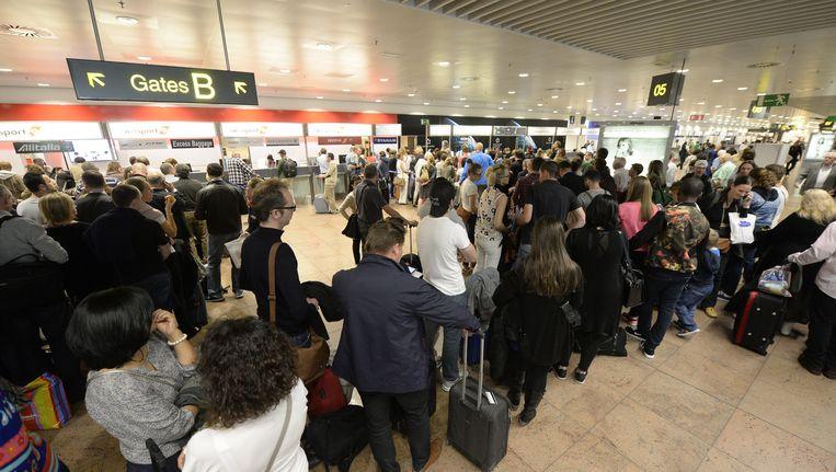 Passagiers wachten op hun vlucht in de vertrekhal van Brussels Airport. Beeld BELGA