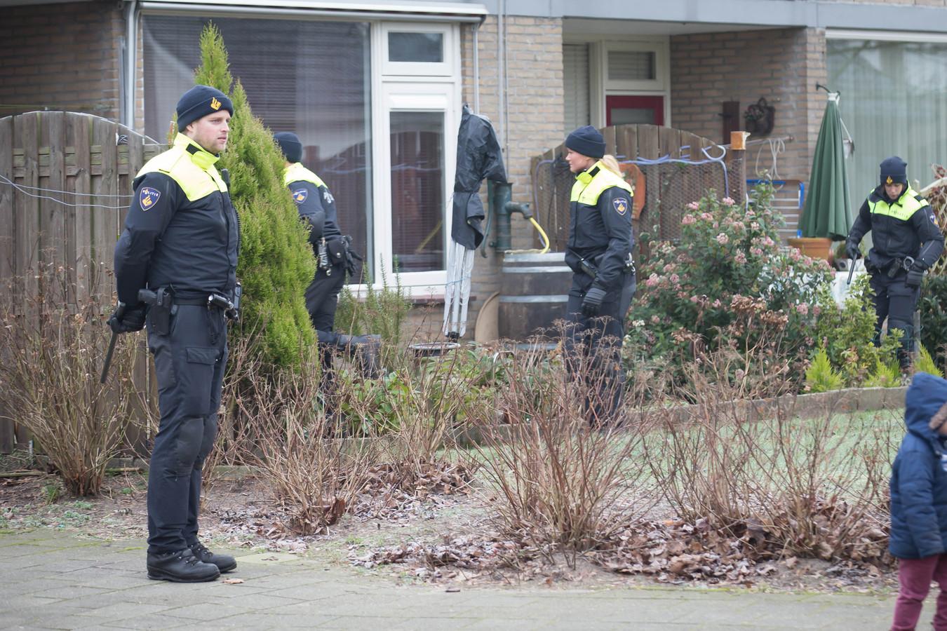 Politie-onderzoek bij de woning aan het Muiderslot waar Sumbat Dawood Borghos op 19 december 2014 werd afgeslacht.
