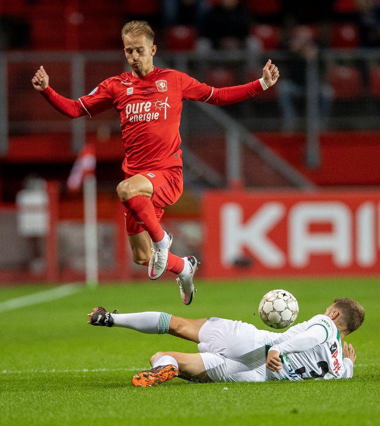 25 september: Vaclav Cerny ontwijkt een tackle van Bart van Hintum van FC Groningen.  FC Twente won met 3-1, Cerny scoorde de 1-0. Beeld Getty Images