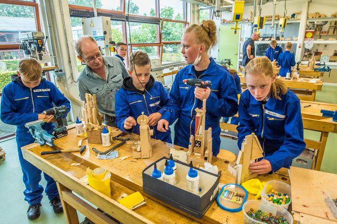 Kunstenaar René Völker geeft deze woensdag twee keer een workshop aan leerlingen van het praktijkonderwijs van het Twents Carmel College.