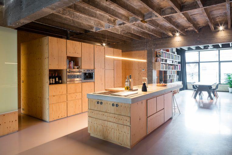 In hun eigen loft ligt een pu-vloer in vuilroze: een mix van de rode baksteen en het grijze plafond.  © Tim Van de Velde Beeld null