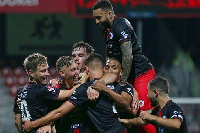 Julian Baas (midden) viert zijn goal.