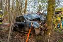 Jeep botst frontaal op boom in Goirle.