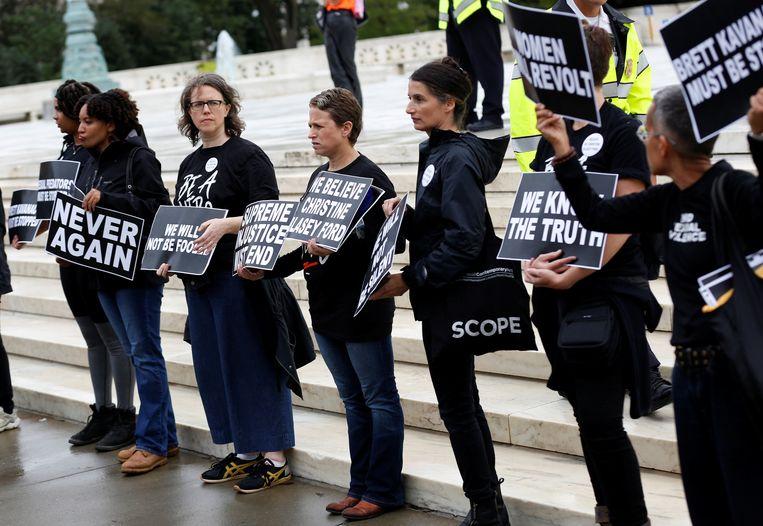 Activisten demonstreren voor het Senaatsgebouw in Washington DC tegen de benoeming van Brett Kavanaugh. Beeld Reuters