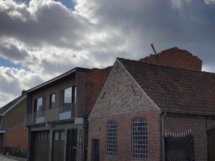 BAASRODE - Het dak van de woning in de Geerstraat belandde aan de overkant in de weide. De schade aan de woning was enorm.