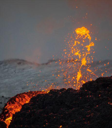 Un photographe prend un cliché à couper le souffle d'une éruption volcanique et d'une aurore boréale