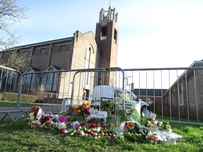 Gedenkplek voor Sirwan Kassan (24) tegenover het café in Oostburg waar hij 3 maart werd doodgeschoten.