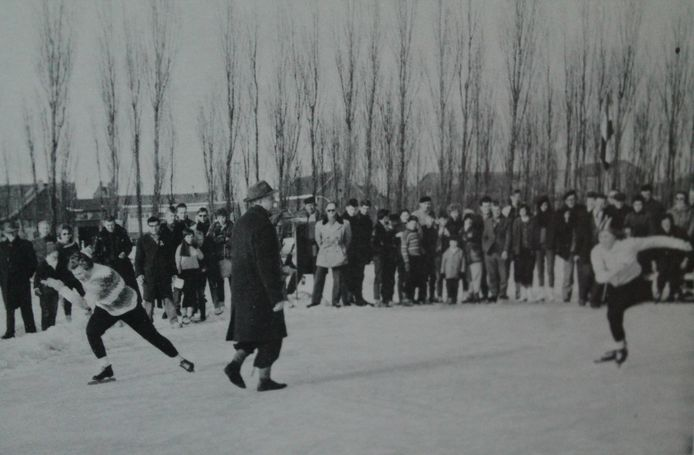 Een schaatswedstrijd op de korte baan voor vrouwen in Zevenhuizen, februari 1963.