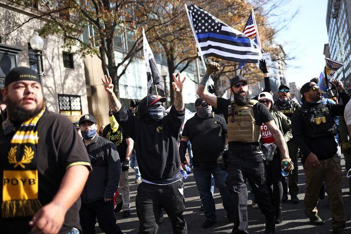 Ook de beruchte 'Proud Boys zijn aanwezig op het protest.