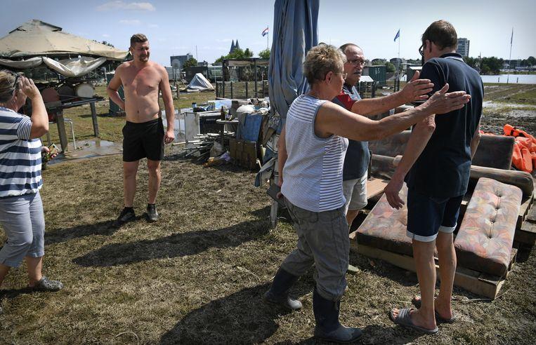 Van camping Hatenboer is weinig over. Een man wordt getroost als hij ontdekt dat zijn caravan er niet meer staat. Beeld Marcel van den Bergh/VK