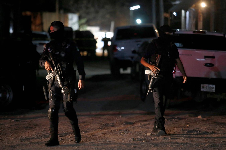 Politieagenten op de plek waar de schietpartij plaatsvond.