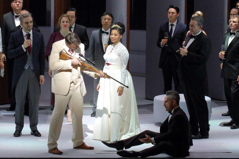Scènebeeld uit Der Freischütz in de regie van Dmitri Tcherniakov. Beeld Wilfried Hösl
