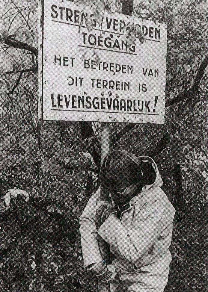Wethouder Herman Bos haalt in 1986 een waarschuwingsbord weg als start van de sanering van de arseenvijver waar nu een tankstation komt.