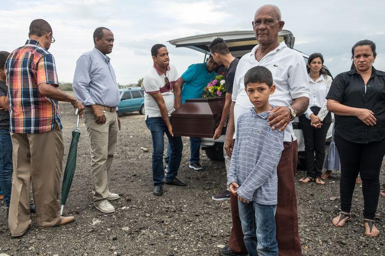 Een Venezolaanse familie komt de kist van hun overleden overgroot vader brengen.  Beeld Eline van Nes