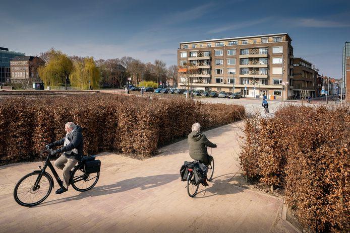 Vlak bij dit fietspad wil Jacques van Geffen tijdelijk twee tribunes en een borrelplaats installeren.  Linksboven café Buurt.