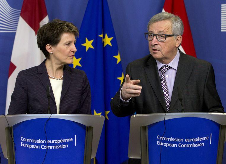 De voorzitter van de Europese Commissie Jean-Claude Juncker (rechts) met Simonetta Sommaruga, president van Zwitserland. Beeld ap