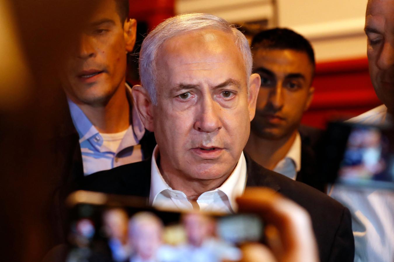 De Israëlische premier Benjamin Netanyahu dinsdagavond tijdens een bezoek aan de stad Lod, waar grote ongeregeldheden plaatsvonden. De plaatselijke politie beschuldigde Arabische inwoners van de stad ervan grootschalige rellen te veroorzaken.
